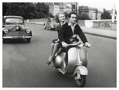 A website dedicated to Vespa and Lambretta scooters. Vespa Rose, Pink Vespa, Pink Bike, Vespa Vintage, Vintage Paris, Vintage Bikes, Vespa Lambretta, Vespa Scooters, Piaggio Vespa