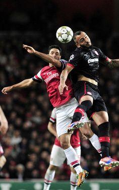 Mikel Arteta y Kostas Mitroglou saltan por un balón en el patido entre el Arsenal y el Olympiakos