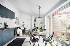 Visite deco : Petit appartement style nordique - Clem Around The Corner Attic House, Attic Loft, Attic Library, Garage Attic, Attic Ladder, Attic Stairs, Attic Renovation, Attic Remodel, Attic Apartment