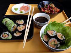 Vegan sushi uit de Snelle Vegetariër van Jacinta Bokma  met Cashew-zongedroogde tomatencreme http://www.devegetarier.nl/recepten/granen/sushirolletjes met vissaus zonder vis Non-Fish-a-Li-cious en No Tuna bij @veggiedeli