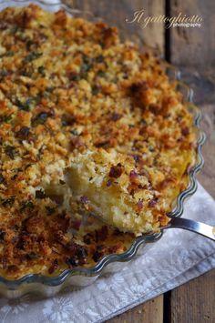 Purè in crosta-800g patate-25g burro-2 cucchiai latte-70g provolone grattugiato-½ cucchiaino noce moscata-sale-pepe. crosta:170g pane casereccio a fette frullato-40g burro-1cipolla rossa-1spicchio aglio-2cucchiai prezzemolo-1cucchiaio senape-sale-pepe--schiacciare patate lessate unire burro,latte, provolone,noce moscata,sale e pepe.rosolare agliotritato,cipolla sminuzzata,burro,senape 5 m. pane tritato,con senape,aglio e cipolla,prezzemolo,sale e pepe. purè,coprirlo col pane. 200° 15 m