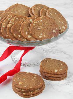 Oerhört spröda, tunna pepparkakor som är busenkla att göra! Tid: 10 min + ugn. Cookie Desserts, Dessert Recipes, My Favorite Food, Favorite Recipes, Galletas Cookies, Tasty, Yummy Food, Bread Baking, No Bake Cake