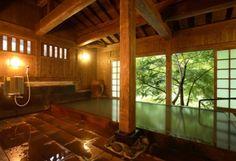 【なでしこの湯】 女性専用内風呂。窓を開けると真下には田の原川が流れており、開放感のある空間です。