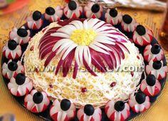 Macarrão em salada, decorada com rabanetes e azeitonas,, flor: cebola