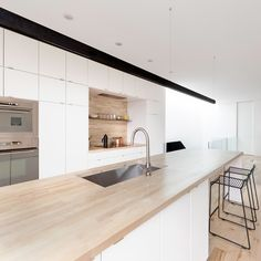 Love the modern open style. Maybe less white cabs in real life? Loft Kitchen, Kitchen Dining, Timber Kitchen, Open Kitchen, Light Wood Kitchens, Cocinas Kitchen, Kitchen Collection, Kitchen Furniture, Interior Design Living Room