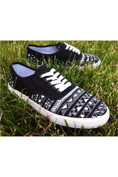 If someone would buy me these for my birthday that would be WONDERFUL. Vans are life.