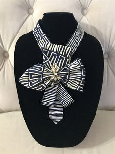 Marine & Ivory rand afdrukken zijden stropdas ketting met een grote strik met duidelijke & champagne glas ingekapseld Strass versierd. U kunt deze trendy accessoire met alles en voor elke gelegenheid kunt dragen. Ik mijzelf en uniek, een van een soort verklaring kraag of stropdas