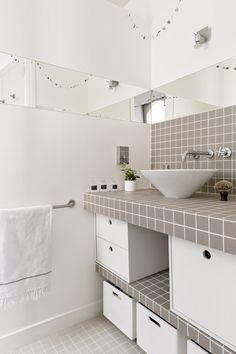 Salle de bain avec plan vasque en mosaïque , A Montmartre chez Florence Bories créatrice de la marque de décoration Pigmée photo par http://julienfernandez.format.com | bathroom with Grey mosaic