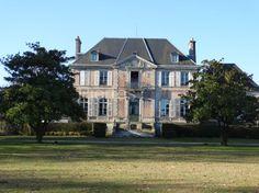 CHATEAU EN SUD MORBIHAN,  EXCLUSIVITE PIERRES ET MER  Sud Morbihan…Les landes de Lanvaux… à 15 mn de Vannes  En 1857, la princesse Elisa Bacciochi, cousine de l'empereur Napoléon III, acquiert 527 hectares de terres.  Elle y fait construire sa résidence. Le bourg de de la commune est créé et financé de toutes pièces par Napoléon III.  Après le décès de la Princesse, le château est réaménagé enune maison d'enfants à caractère sanitairequi cesse de fonctionner à la fin des années 19...