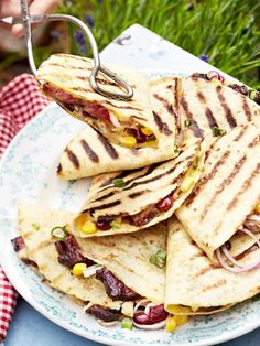 QUESADILLAS gibt's auch vom Grill. Dieser ist mit Bohnen und Mais und GUACAMOLE besonders lecker. Das Rezept >>