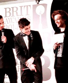 """I love Zouis so damn much but for those who don't know the paper Louis was holding said """"← TWAT."""" and he was pointing it to Zayn! x'D {gif}"""