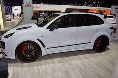 TechArt débarque au Palexpo avec deux missiles avant tout… La question ne se pose même pas : la Porsche 911 Turbo S sortie d'usine est une sportive anémique… Alors TechArt dégaine la GTStreet R pour la version fermée comme pour le cabriolet. Résultat ? Outre les appendices de carrosserie, les enveloppes, les jantes et les …