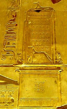 Anubis on his chapel and front of his chapel, with two pharaohs in adoration and a uraeus.