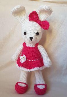 Zajačik je vyrobený z kvalitnej priadze vyplnený mikrovláknom. Šatičky aj topánočky sa dajú vyzliekať a vymieňať. Uška su tvarovatelne ohybne. Hračka je.. Crochet Toys, Hello Kitty, Fictional Characters, Art, Crocheted Toys, Kunst, Fantasy Characters, Art Education, Artworks
