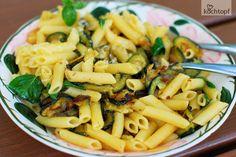 Die Zucchiniernte hat angefangen. Man kann noch nicht von einer Schwemme sprechen, aber ich konnte bereits 6 Gläser Curry-Zucchini einmachen. Mit der allerersten geernteten Zucchini habe ich jedoch Pasta gemacht.Einfacher geht nicht. Zucchini in Scheiben,... Penne, Curry, Pasta Salad, Ethnic Recipes, Food, Canning Zucchini, Stuffed Pasta, Roast, Cooking