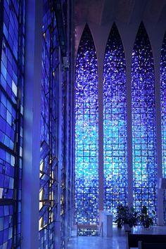 ブラジルの首都ブラジリアにあるSancutuary of Dom Bosco。青いステンドグラスで出来た壁に囲まれているので真っ青な光で満たされているそうです。ブラジルは行くの怖いなあ