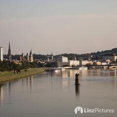 Linz am #Pfeiler  . . . #linz #upperaustria #igerslinz #riverdanube #skyline #view #tourism #travelaustria #igersaustria #swimming #donau #suche #brücke #bridge #politik #urfahr #city #downtown #donaupark #schilda #architektur #architecture #noplan