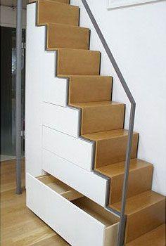 Schubladen nutzen den Raum unter der Treppe zum Verstauen allerlei Utensilien.