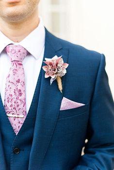 Los botoniers son uno de nuestros complementos favoritos para el traje del novio. En sus orígenes eran pequeñas decoraciones florales, compuestos habitualmente por una flor o un pequeño ramillete.
