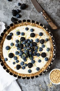 Tarte à l'érable crémeuse aux bleuets et aux mûres - K pour Katrine Remplacer le jus de lime par sirop d'érable et ne pas mettre de zeste de lime Tarte Vegan, Cravings, Sweet Treats, Deserts, Gluten, Yummy Food, Sweets, Cooking, Breakfast
