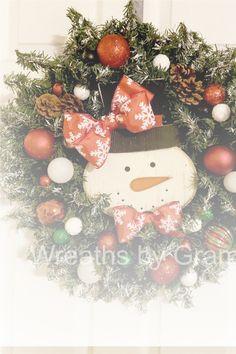 Christmas; Christmas Wreaths; Snowman wreath; wreaths on windows; wreaths for front door; christmas mantel decorations; christmas gift ideas; christmas gifts for grandma; christmas decor; christmas decorations; farmhouse christmas decor; christmas porch decorating ideas; front porch decor ideas; outdoor christmas decorations; snowman faces; aesthetic christmas; christmas entryway decor; cottagecore decor; holiday mantle decorating; winter wreath; rustic wreath; gift for mom; holiday decorating