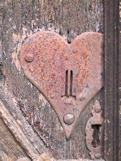 RUSTIC PINK METAL HEART - niminy fingers
