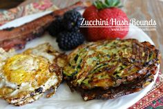 Paleo Complete your morning eggs & bacon with Zucchini Hash Rounds Primal Recipes, Low Carb Recipes, Real Food Recipes, Cooking Recipes, Healthy Recipes, Healthy Foods, Zucchini Rounds, Zucchini Patties, Breakfast