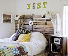 Une tête de lit avec des palettes