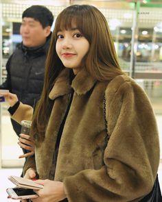 180120 Lisa at Gimpo Airport on her way to Japan. Kpop Girl Groups, Korean Girl Groups, Kpop Girls, Jennie Blackpink, Blackpink Lisa, Yg Entertainment, K Pop, Rapper, Kim Jisoo
