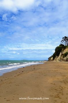 There are several places to explore in Auckland. One of them is Devonport that has some beautiful beaches, volcanos and nice restaurants. Kiwiana, Volunteer Abroad, Auckland, Volcano, Budget Travel, Continents, Beautiful Beaches, Travel Pictures, New Zealand