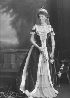 Lucy Cecilia, Countess of Scarbrough (d née Gardner. Eldest daughter of Cecil Dunn Gardner; Alfred Frederick George Beresford Lumley, Earl of Scarbrough. Court Dresses, Royal Dresses, Royal Tiaras, Royal Jewels, Lady Diana, Court Attire, British Nobility, Elizabethan Era, South Indian Jewellery