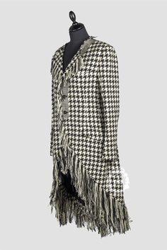 045368cd0e0f Yohji Yamamoto (F W 03.04 , Look n°2) REDINGOTE en lainage façonné pied de  coq et pied de poule noir et blanc agrémentée de bords frangés, encolure  ronde ...