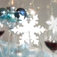 #Tischkarten fürs Glas in Schneesternform sind nicht nur platzsparend sondern unterstützen auch das winterliche #Hochzeitsmotto.