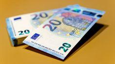 De Nederlandsche Bank (DNB) heeft een app vernieuwd waarmee vals geld kan worden herkend. De app Echt of vals herkent nu ook het nieuwe biljet van twintig euro.
