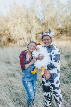 and baby halloween costumes Family Halloween Costumes! Farmer, chicken and cow. Farmer, chicken and cow. Anime Halloween, Baby First Halloween Costume, Hallowen Costume, Costume Ideas, Infant Halloween Costumes, Mother Daughter Halloween Costumes, Babys 1st Halloween, Newborn Halloween, Zombie Costumes