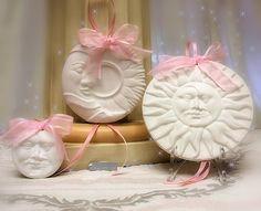 #Profumatori #appendibili per cameretta #bimbi realizzati in #gesso semi #ceramico (atossico), #profumo garantito #Farotti Essenze. Tris #Natalizio sole e luna.