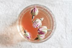 Rose petal rosé. Recipe also in English.