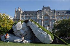 """La sculpture «Pop Up« du Hongrois Ervin Herve-Loranth """"terrorise"""" pour de rire les habitants et visiteurs de Budapest en Hongrie. Elle sera exposée dans le centre-ville pendant dix jours."""