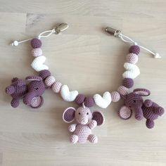 """228 synes godt om, 28 kommentarer – @mormorshaekleliv på Instagram: """"Barnevognskæde til en kommende verdensborger❤️ #hækle #hæklet #hækling #crochet #crocheting…"""" Crochet Baby Mobiles, Crochet Baby Toys, Baby Afghan Crochet, Cute Crochet, Crochet Animals, Crochet For Kids, Crochet Dolls, Crochet Crafts, Baby Knitting"""