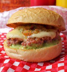 PigNic, o food truck especializado em carne de porco: sanduíche de calabresa com vinagrete, queijo e maionese artesanal de agrião (R$ 12)