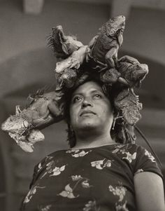 museumuesum: Graciela Iturbide La Nuestra Senora de las Iguanas (Our Lady of the Iguanas), Juchitan, Oaxaca, Mexico 1979 Gelatin silver print, 17 x 14 in. Museum Of Fine Arts, Museum Of Modern Art, Matt Hardy, Tina Modotti, Concours Photo, San Francisco Museums, Foto Real, Portraits, Edward Weston