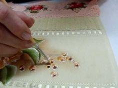 Este vídeo aula é uma conclusão da série Pintura em Tecido Rosas porcelanizadas. Ensina a pintar sementes e mostra o trabalho concluído. É mais uma aula do w...