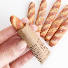 Miniature baguette dollhouse food mini pastries for dolls bread for bjd blythe 1 12 1 6 scale playscale inchscale crochet Miniature Crafts, Miniature Food, Miniature Dolls, Miniature Houses, Cute Polymer Clay, Polymer Clay Miniatures, Dollhouse Food, Dollhouse Dolls, Diy Dollhouse Miniatures