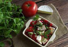Pomidorowa sałatka z serem camembert, wędzonym kurczakiem i miętą - DoradcaSmaku.pl Caprese Salad, Vegetables, Food, Veggies, Vegetable Recipes, Meals, Yemek, Insalata Caprese, Eten