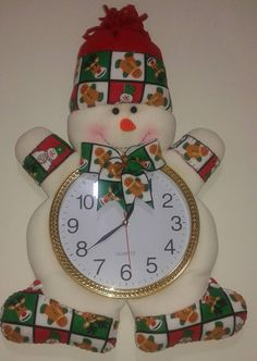 Reloj navidad Christmas Clock, Felt Christmas Decorations, Christmas Sewing, Christmas Projects, Christmas Holidays, Christmas Ornaments, Holiday Decor, Theme Noel, Snowman Crafts