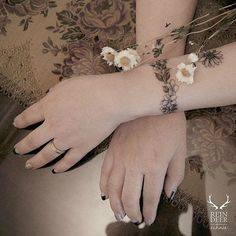 Designed with gorgeous fine lines and soft hues, these floral bracelet tattoos are the perfect accessories. Wrist Tattoos Girls, Flower Wrist Tattoos, Small Wrist Tattoos, Tattoos For Guys, Tattoos For Women, Henna Tattoo Designs Arm, Temporary Tattoo Designs, Small Nature Tattoo, Nature Tattoos
