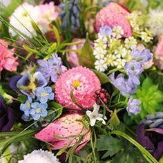Tolle Farbkombination zum Frühling. #Blumenstrauß #Blumen #Schnittblumen #Frühling #Gräser Floral Wreath, Plants, Decor, Cut Flowers, Amazing, Creative, Flower Crowns, Flora, Decorating