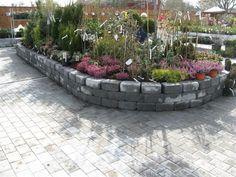 Her er rådhus mur brukt som støtte for ett blomsterbed. Driveway Ideas, Sidewalk, Wall, Garden, Cash Register, Stone, Garage Ideas, Garten, Gardening