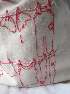 Jolie corde à linge brodée en rouge                                                                                                                                                     Plus