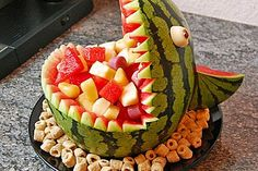 Melon Hai - Melonen-Hai Melon-shark – great for the birthday party! Food Crafts, Diy Food, Cute Food, Yummy Food, Fruit Creations, Food Carving, Party Buffet, Snacks Für Party, Food Decoration